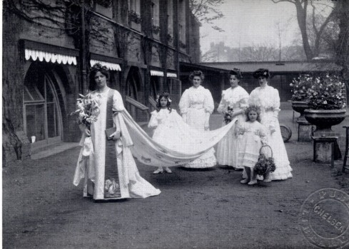 1906 Queen Florence and maidens